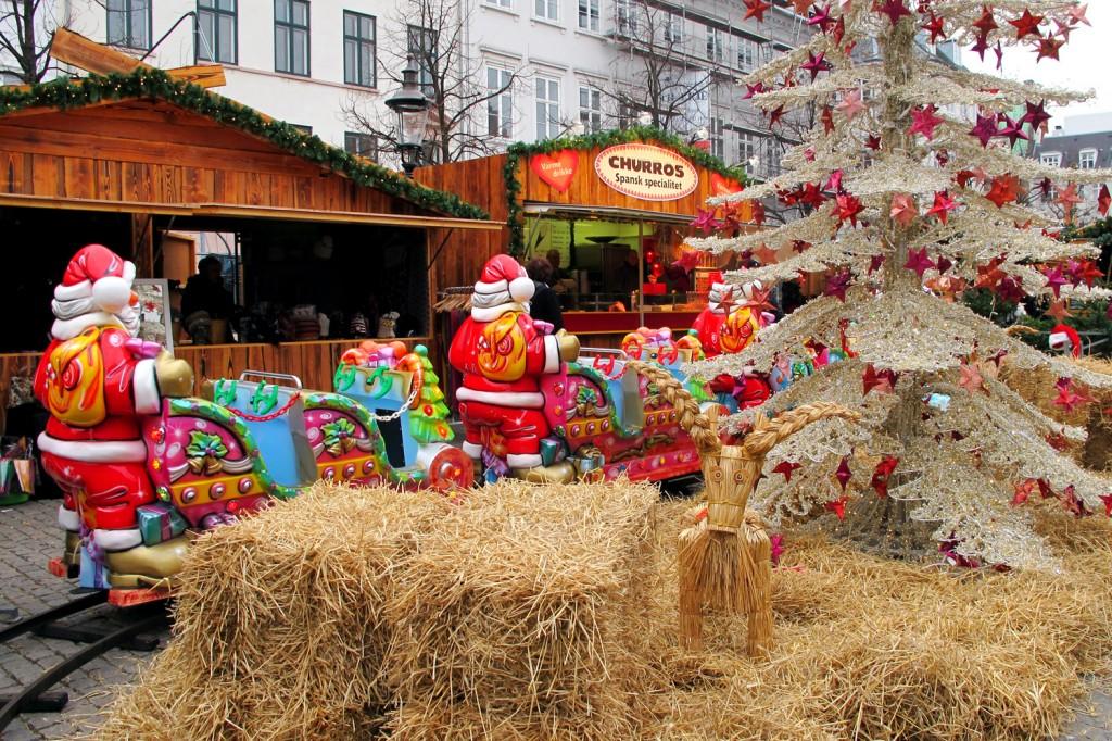 Nissens tog kjører gjennom julemarkedet.