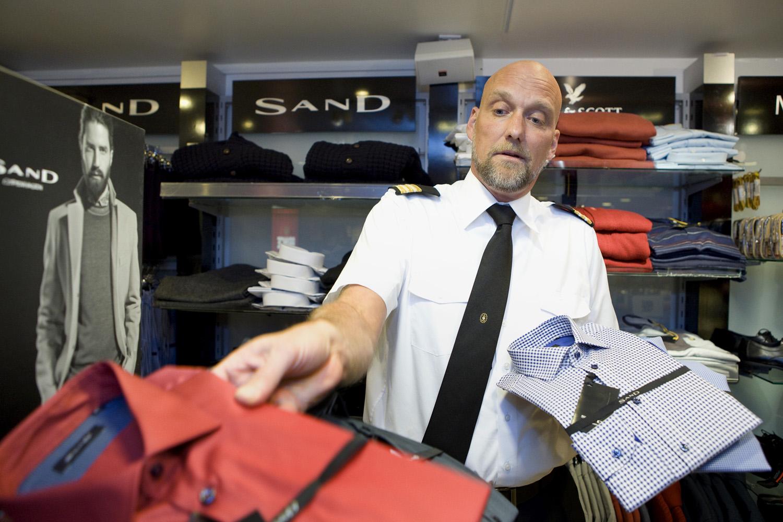 Jesper Andersson i shoppen på DFDS gjør klart for årets julegavehandel.