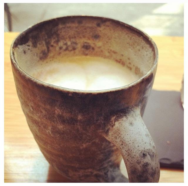 Hva med en deilig kopp kaffe i vinduet, mens du lar øynene falle på mennesker som går forbi?