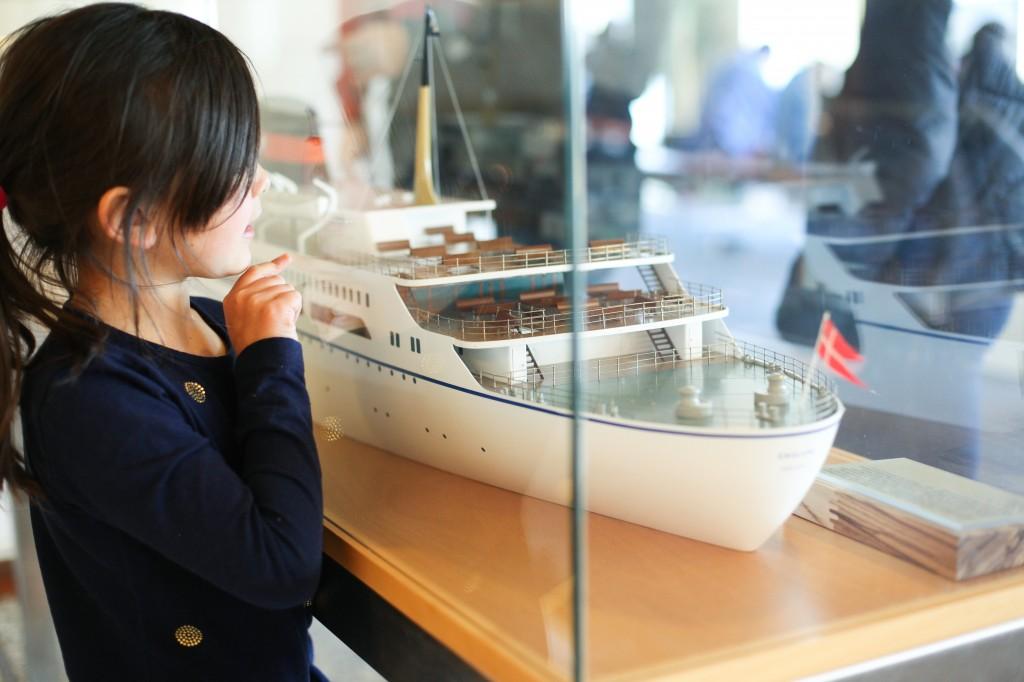 Spennende å utforske et DFDS modellskip i glassmonter i fellesarelaet.