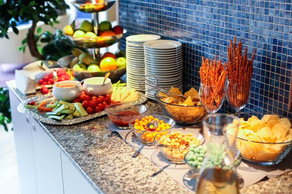 I tillegg er det fri tilgang til frukt, grønnsaker, dipp, snacks, kaker og mye annet godt. Mineralvann, vann, øl, vin, kaffe og te er det også bare å forsyne seg av. Luksus!