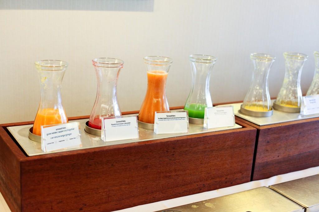 Et bredt utvalg av melk, juice og ulike smoothier var også et populært frokostinnslag.