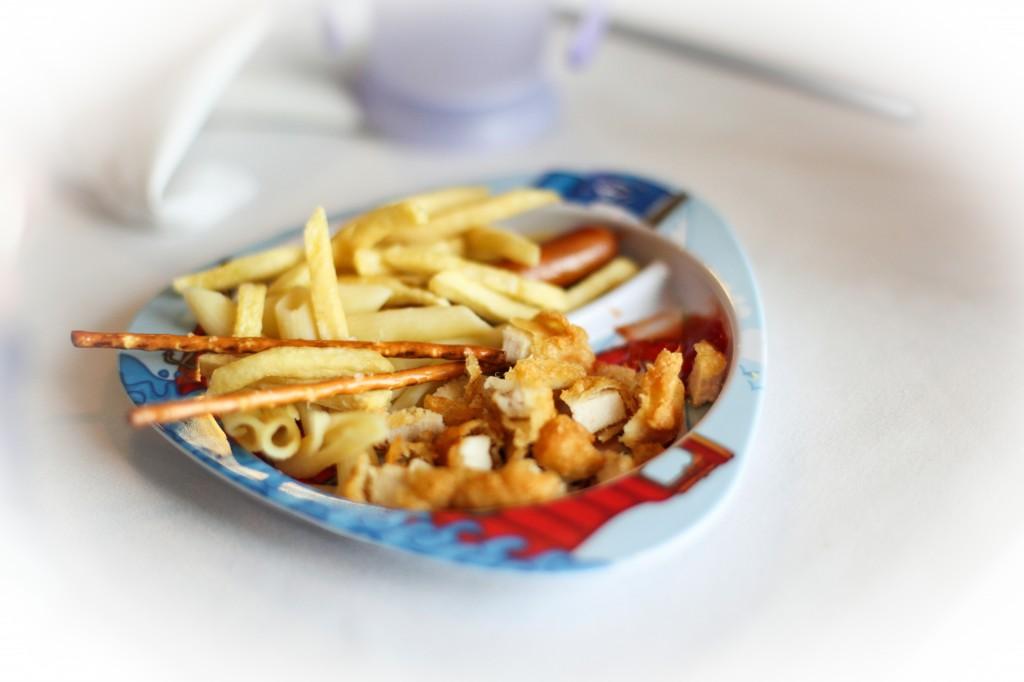 """Barna hadde egen """"piratmeny"""", der de kunne velge mellom pasta, kjøttsaus, pommes frites, kylling nuggets, kjøttboller og andre godsaker."""