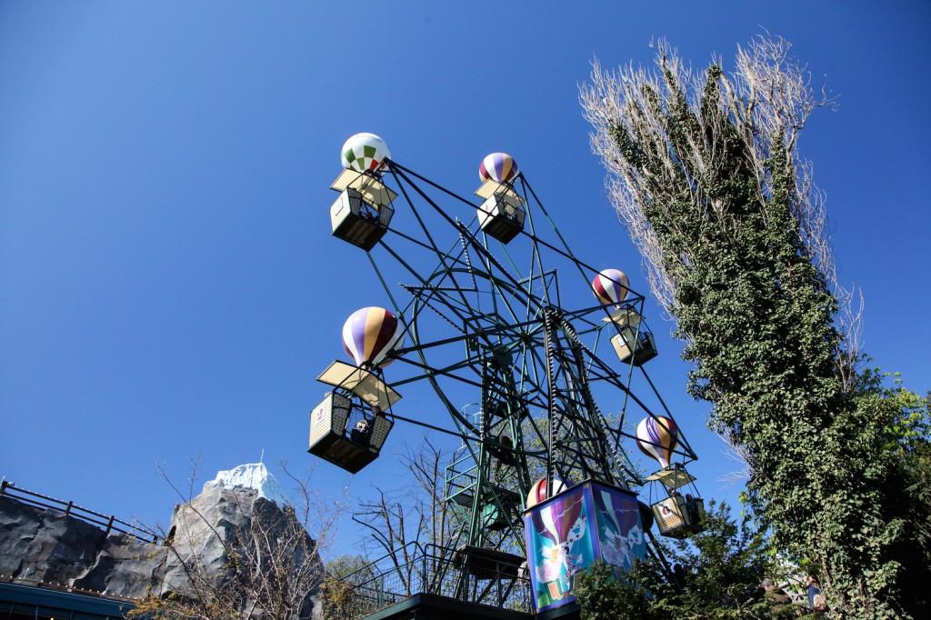 Ballongyngen er en Tivoli-klassiker for både store og små. Det kiler i magen når det gynger på toppen!