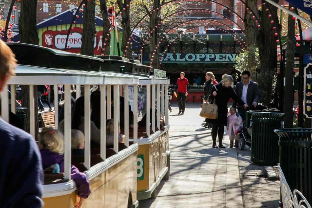 Linie 8 heter denne attraksjonen, som tar deg med på en rundtur i parken.