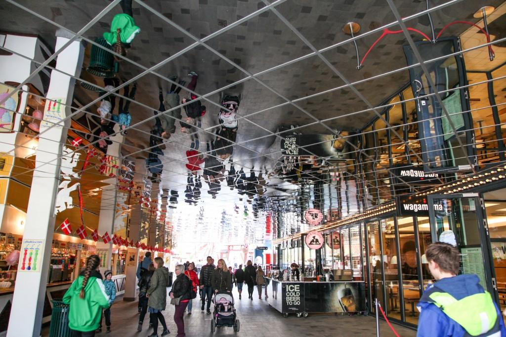 I Tivoli er det flust av steder som selger mat, drikke, snacks. Mange fristelser - overalt.