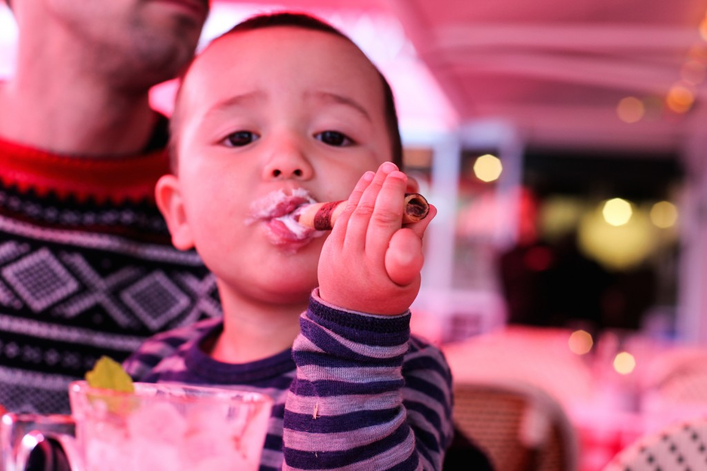 Benjamin (1,5) koser seg med en is som nesten var like stor som ham selv.