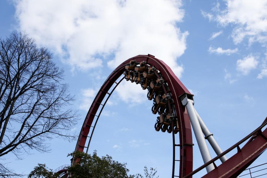 Dæmonen måler 28 meter på sitt høyeste punkt, og har hele tre loop'er.
