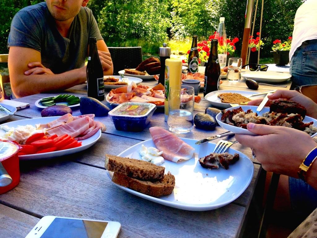 """Danske frikadeller og andre spesialiteter på lunsjbordet. Neste """"bekymring"""" var hva vi skulle ha til middag."""