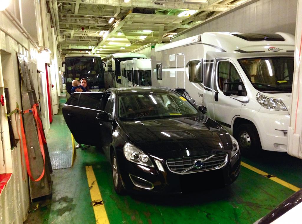 For alles skyld, kom tidsnok til båten. Det gjør bilturen ned til kaia mer harmonisk, og man slipper å bekymre de hyggelige DFDS ansatte som til og med ringte for å spørre om vi var på vei. Det var vi heldigvis, så litt småflaue kjørte vi om bord som siste personbil fra fergeterminalen i Oslo.