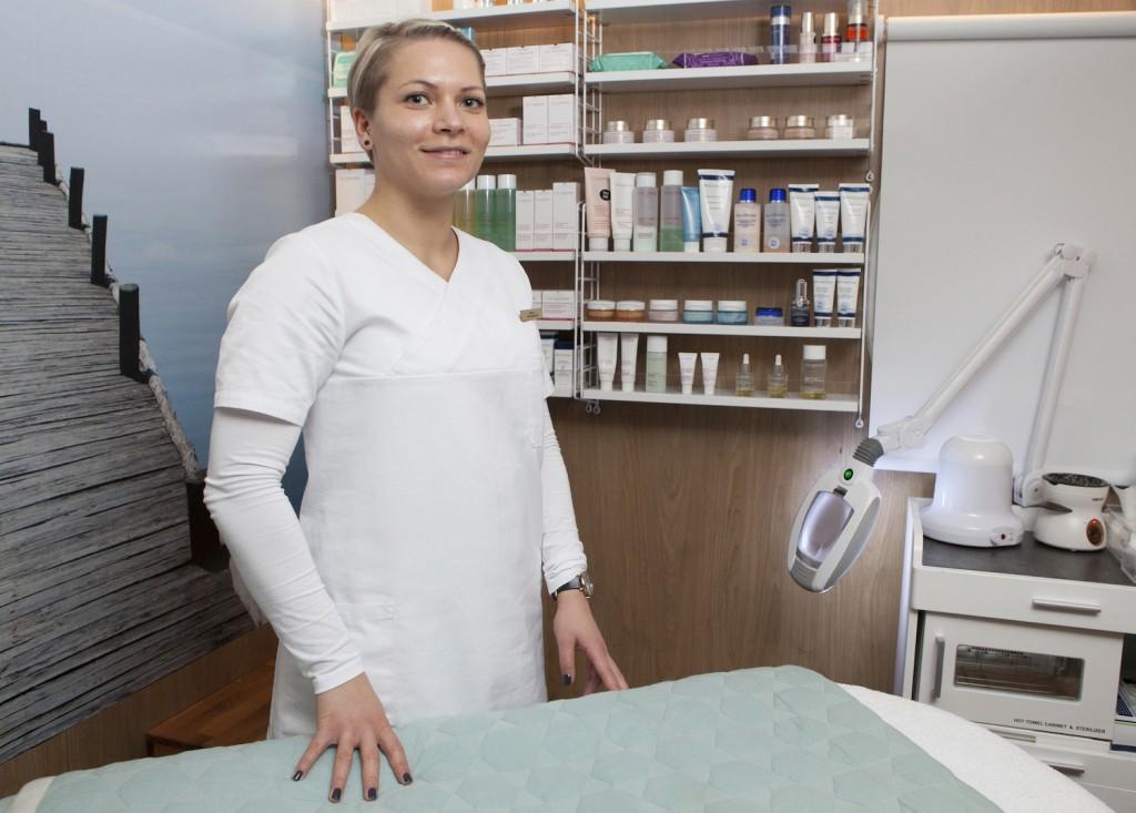 Stine Deleuran fra Svendborg på Sør-Fyn, har jobbet i DFDS siden september i år, og mener hun har kapret drømmejobben. Hun har flere års erfaring fra flere klinikker på Fyn og Jylland, og er utdannet kosmetiker.  Wellness har kapasitet til å ta inntil 16 gjester på hver tur, og spesilt massage er populært, så her bør man være tidlig ute skal man få plass. Derimot er det gjerne åpent for ansiktsbehandling, manikyr og shellac - som er neglelakk som sitter på permanent i 2-3 uker.