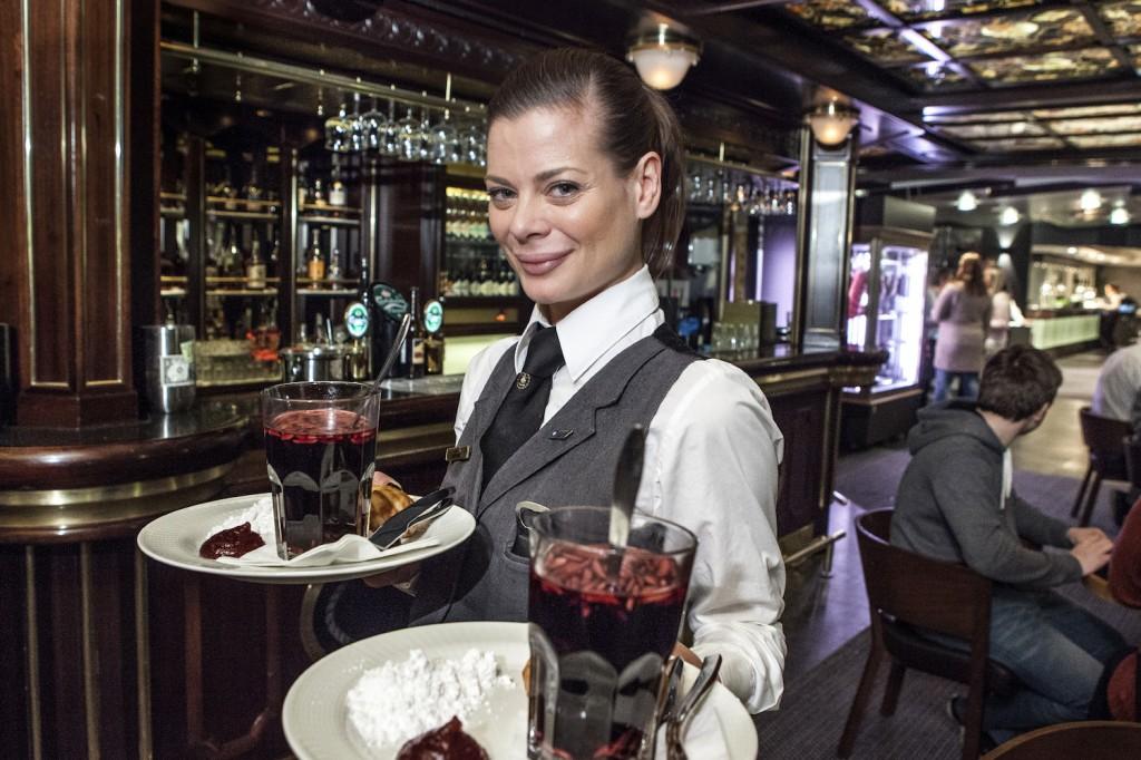 Nina Skejic er bartender om bord, og svinser og svanser både bak baren og ute på gulvet blant gjestene.