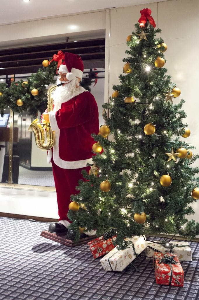 Begge skipene til DFDS er julepyntet fra og med midten av november. Og straks får du møte mannen bak pynten.