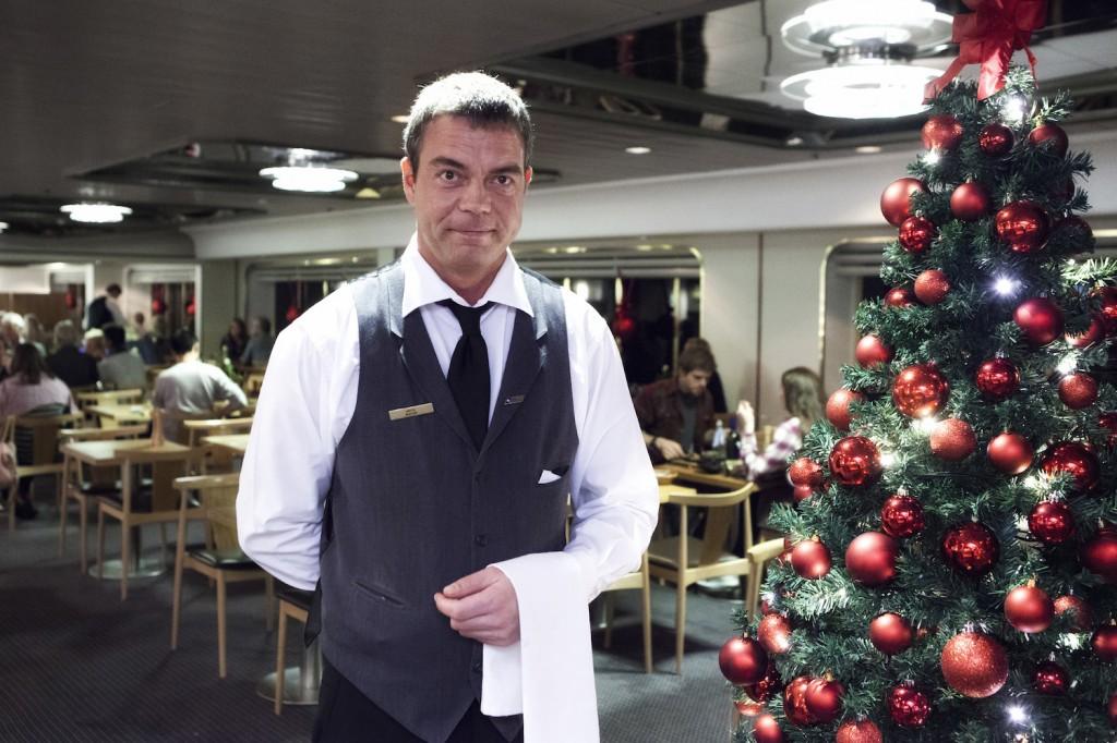 Jan Rasmussen synes julen er sjov, og selv om han hadde det nokså hektisk denne kvelden, var humøret upåklagelig.