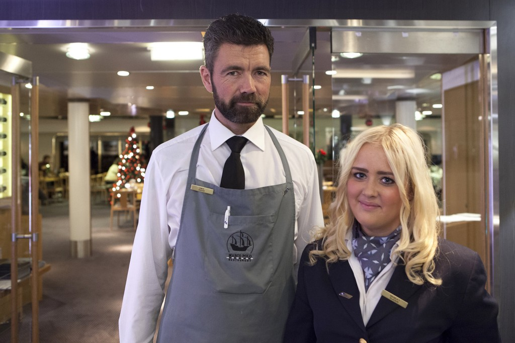 Mikaela Tyell er plassør, og kollega Kim Rasmussen er servitør. De poserer villig for DFDS' utsendte fotograf.