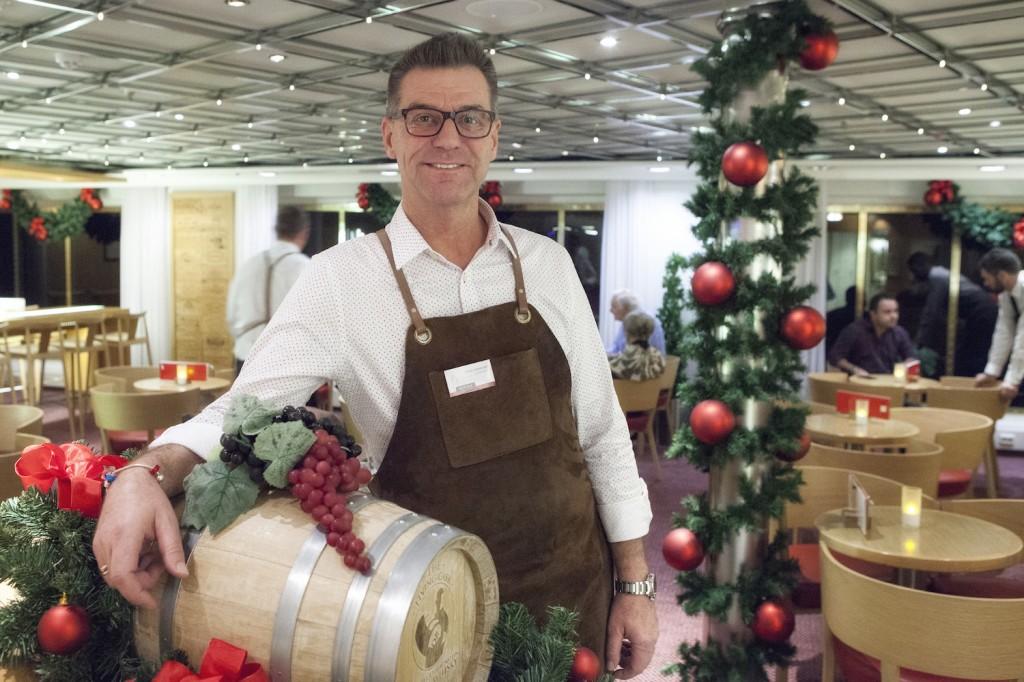 Peter Johansson er vinkonsulent i Red + White Wine Bar, og ansvarlig for å ha pyntet hele Crown! Han har jobbet om bord i 16 år, hvorav 12 som servitør.