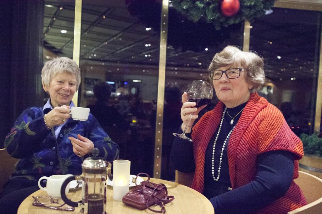 Jorunn Krokrud (t.v.) er på tur med venninnen Unni Hauge, som reiser med FDS 5-6 ganger i året. Hun har mange venner rett utenfor København hun besøker, og skal på ny tur før jul med mannen. - Hvorfor fly når man kan ta båt? spør hun retorisk. Damene skal til Tivoli om været er bra.