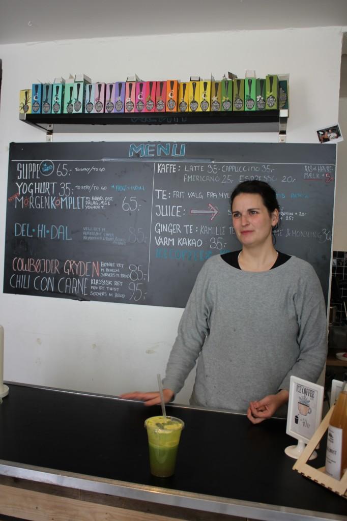 Julie serverer en veldig grønn, veldig god og veldig ferskpresset juice!