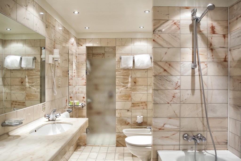 Baderommene i juniorsuite er en skikkelig marmordrøm! Alle badeværelsene på hotellet har badekar :)