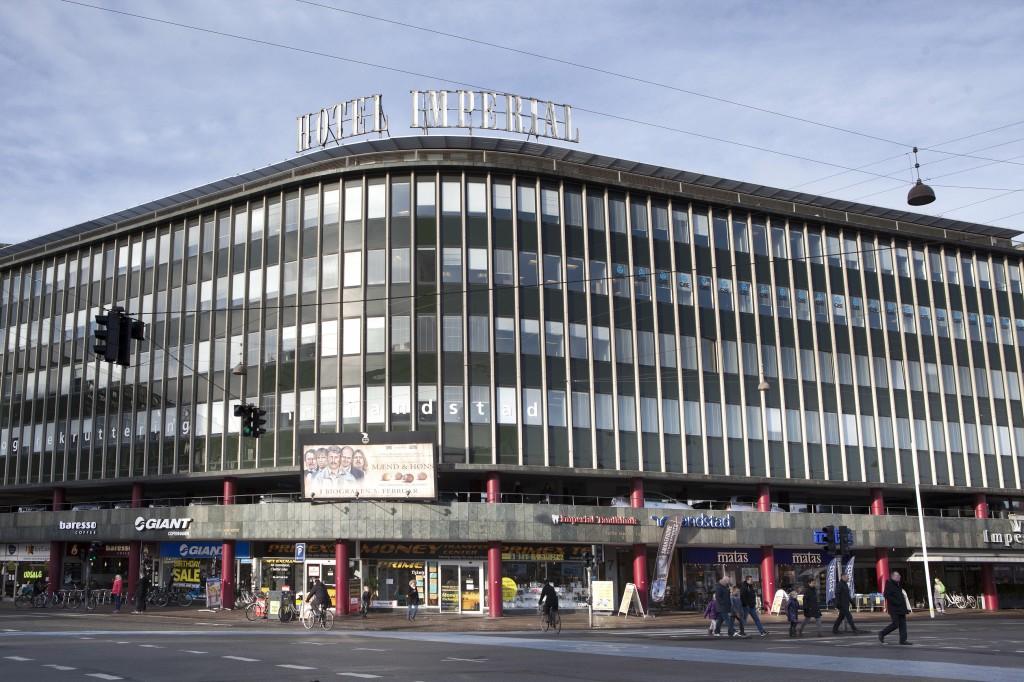 Hotel Imperial er godt synlig fra veien  og rommer faktisk også Københavns største kino som har hele 2000 plasser!