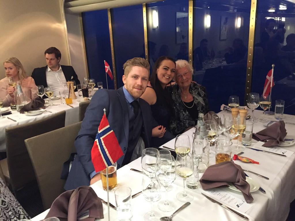 Solveig sammen med barnebarnet Linn Fagerli, og hennes kjæreste Øyvind Utvik.