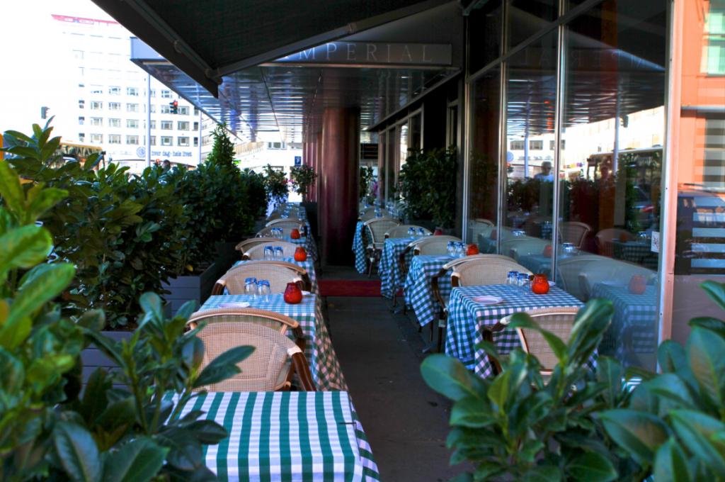 Om man vil sitte ute og nyte vårsola, er det gode muligheter for det utenfor den italienske restauranten som tilhører hotellet.