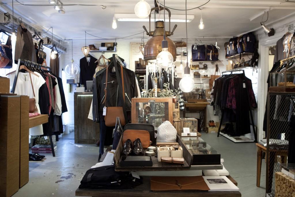 Alt i butikken baserer seg på naturmaterialer sånn sånn tre, lær, ull. Veldig skandinavisk minimalisme over det hele. Kult!