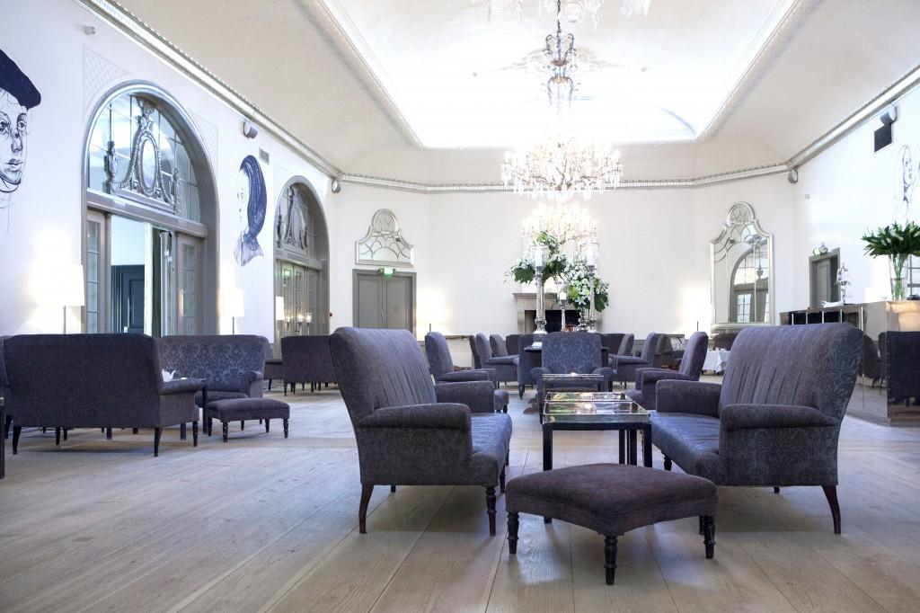 I dette fantastiske lokalet kan du nyte Afternoon-tea hver ettermiddag klokken fem. Da kjennes det virkelig ut som om du bor i et palass-eventyr.