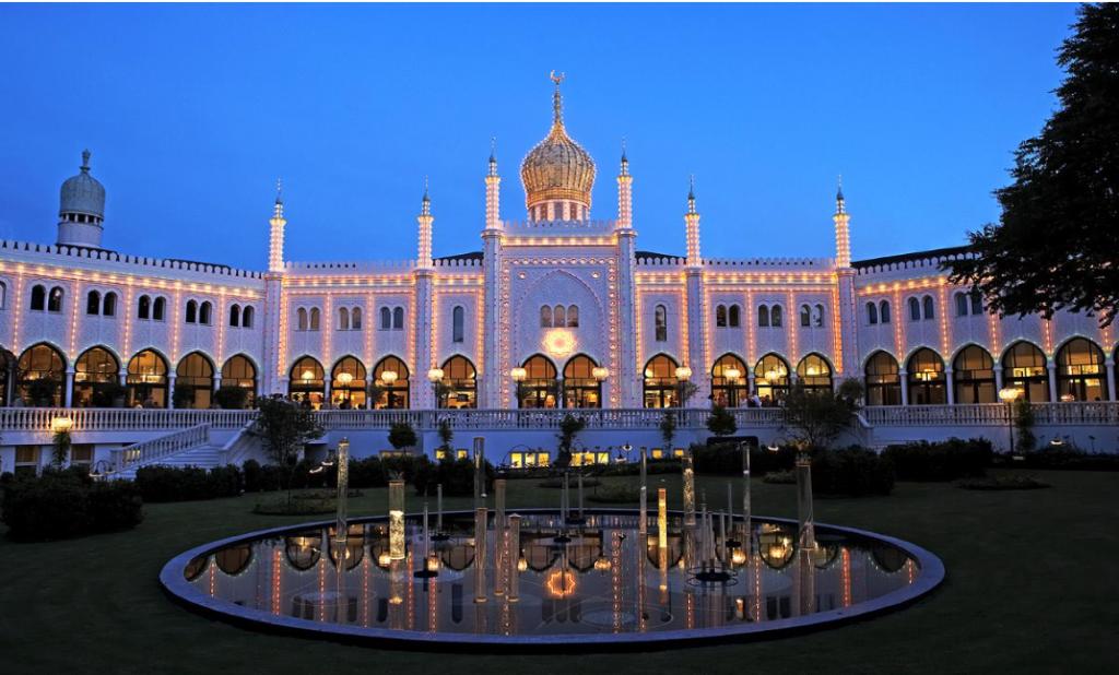 Slik ser hotellet ut på kvelden fra Tivoli. Magisk! :)