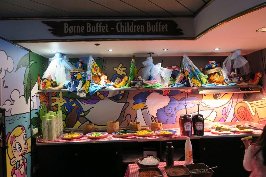 Buffeten i barnehøyde gjør det enkelt for de små å servere seg selv med akkurat den maten de liker best.