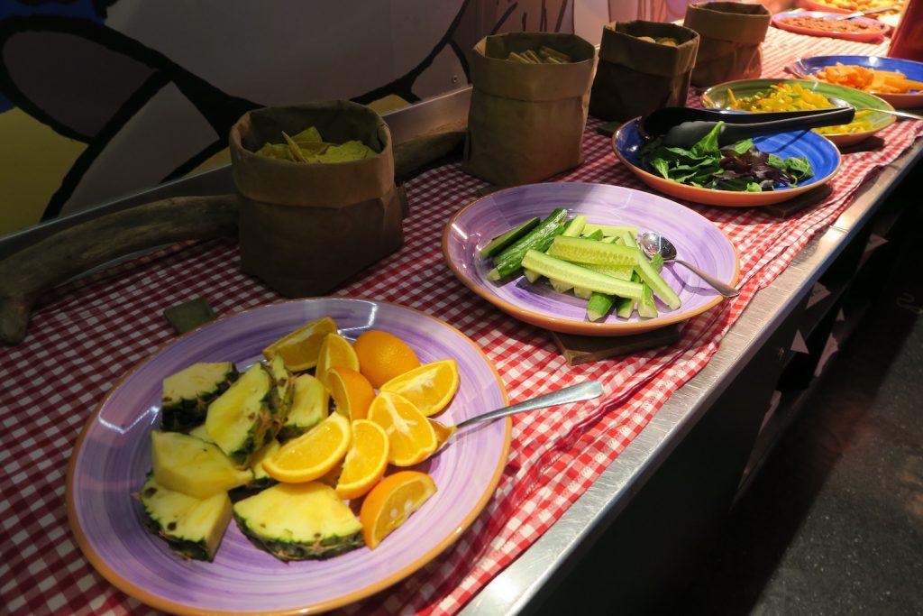 Agurkstenger, fersk ananas og appelsin frister også.