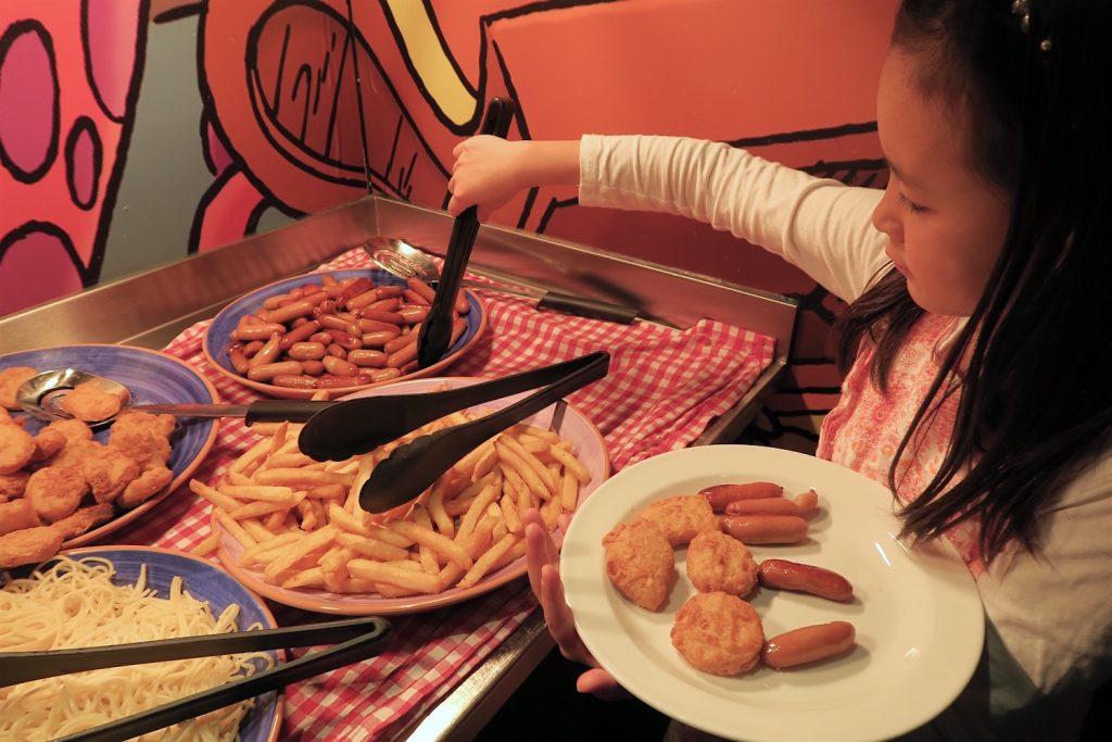 Nuggets, pølser, pommes frites plukkes ivrig fra buffeten. Er man på båtferie er det lov å kose seg!
