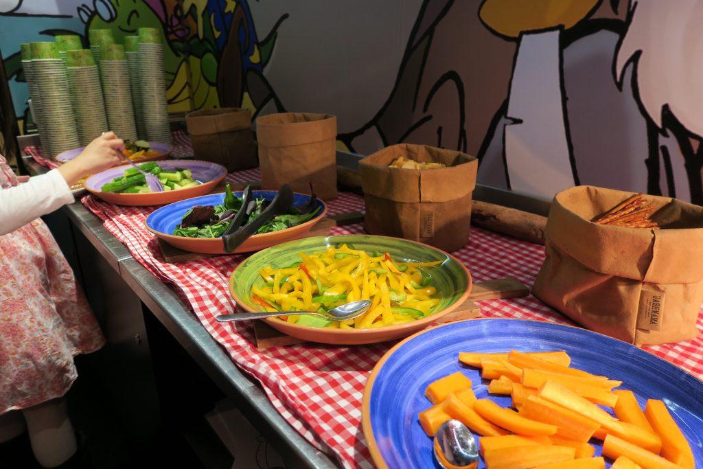 Amélie er veldig glad i grønnsaker, men spiser alltid mer når de er kuttet i biter. Derfor er der perfekt med gulrotstenger, paprikabiter og litt grønt som supplement til varmmaten.