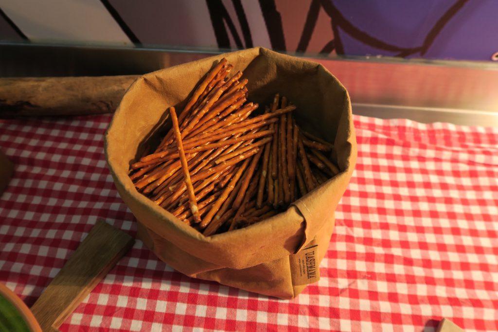 """Disse stilige brune """"posene"""" byr på saltstenger, enten som en snacks før, til eller etter maten. Små pirater lager sine egne regler."""