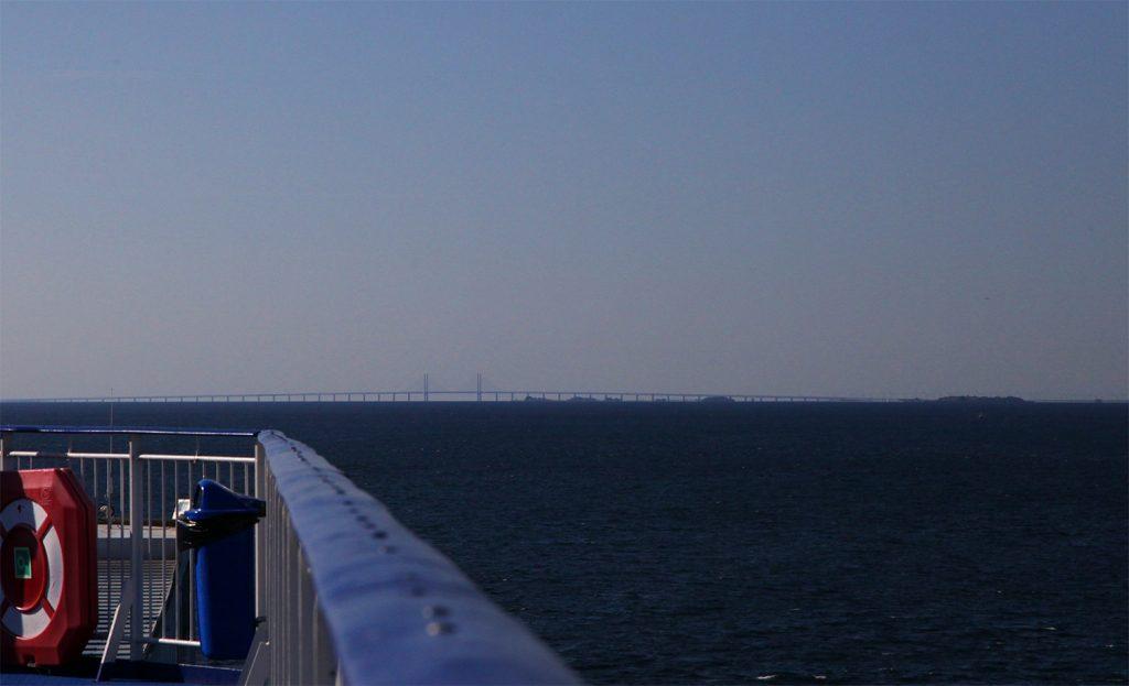 Øresundbroen i morgendis på vei inn mot København.