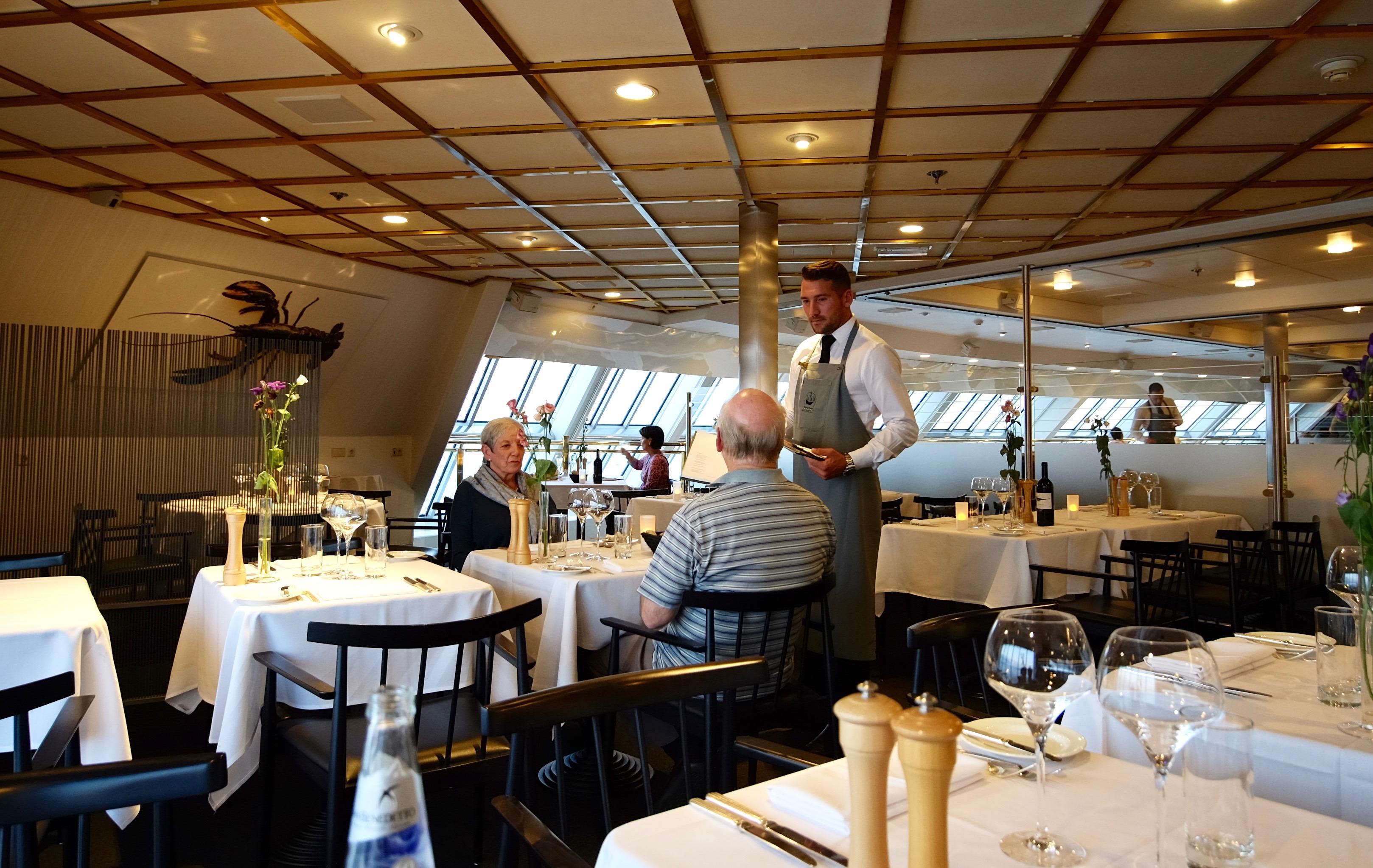 Lukas veileder gjestene i restauranten