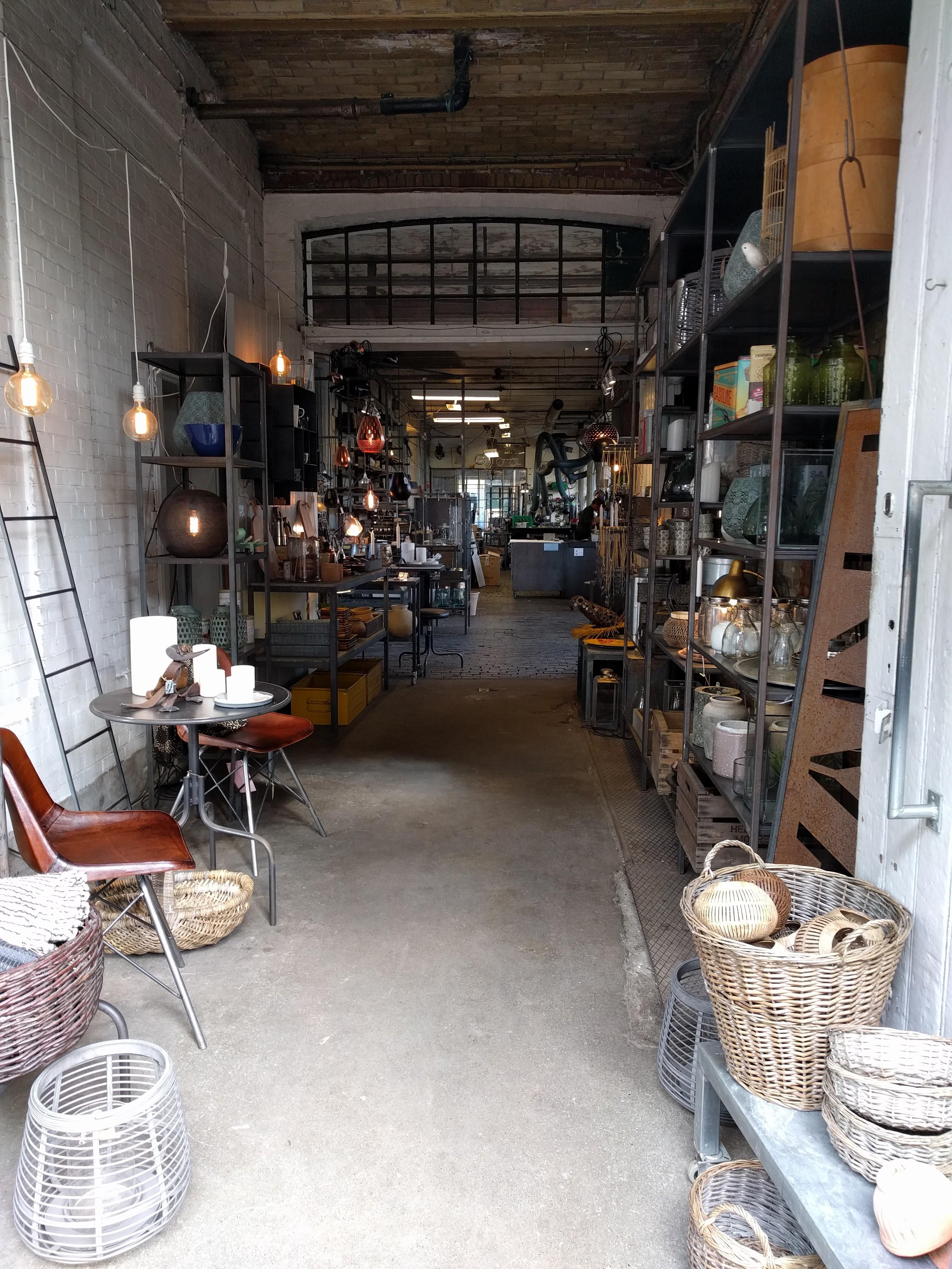 Det finnes også mye fint kunsthåndtverk og en del koselige butikker i fristaden.