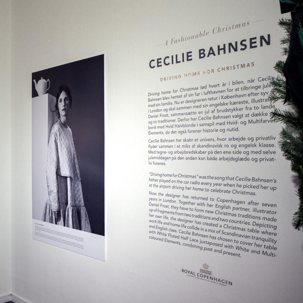 På veggen ved siden av hvert julebord henger det en presentasjon av designeren.