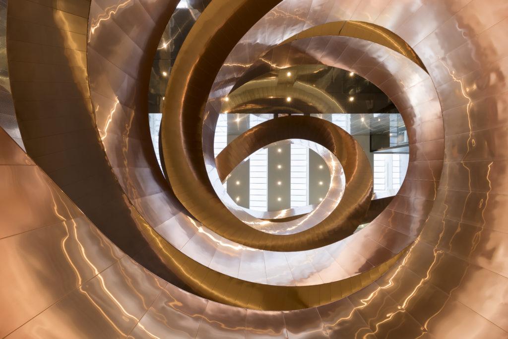 Helixtrappen er det første som møter deg på vei inn i Experimentarium. Den er inspirert av DNA. Foto: Adam Mørk/Experimentarium