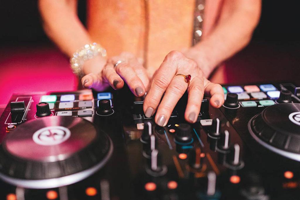 Med DJ Gloria bak miksebordet blir det musikk fra 50-tallet frem til i dag